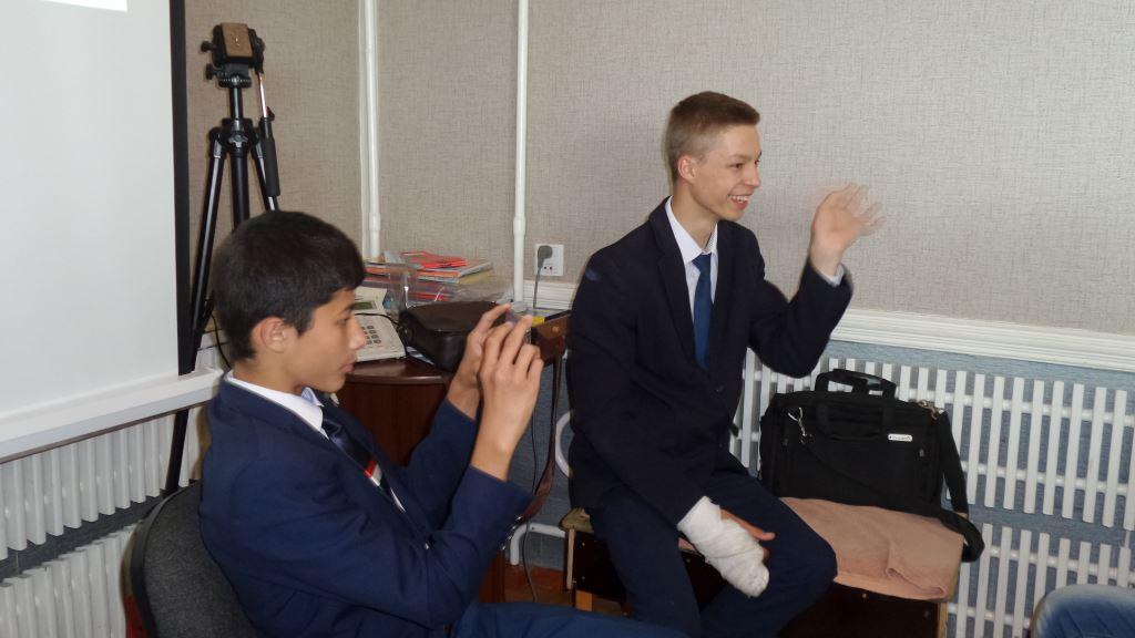 Участники тренинга берут друг у друга интервью